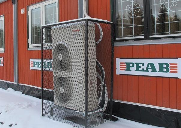 Genom att vindtäta grunden samt utrymmet mellan flera sammankopplade manskapsbodar så blir värmeförlusterna lägre och uppvärmningsbehovet minskar. På den här etableringen finns även en värmeväxlare.